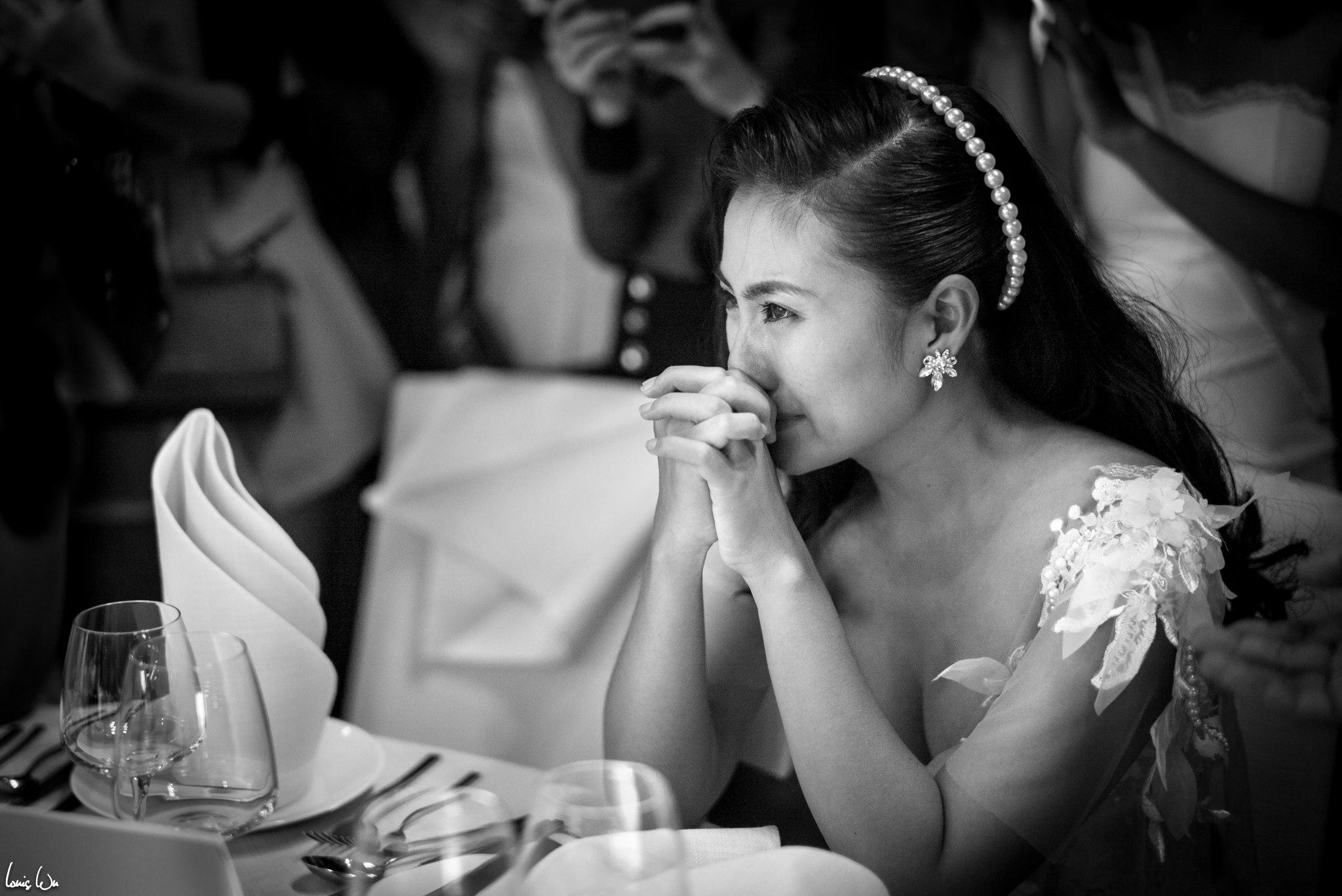 DV Ngọc Lan khóc khi nghe chú rể Thanh Bình chia sẻ những kỷ niệm đã qua của 2 người.